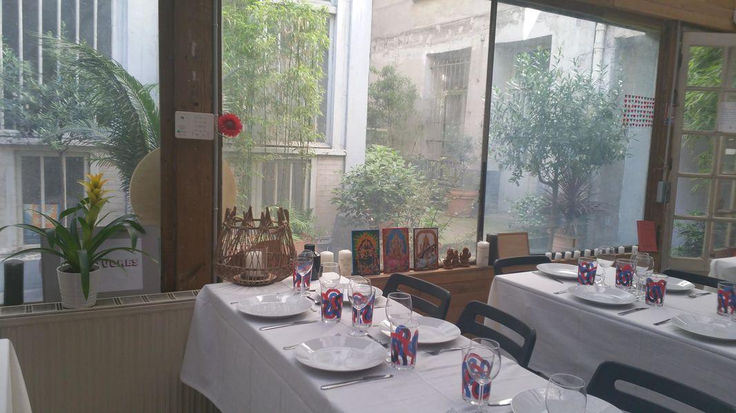 Atelier Fil Rouge  Déjeuner assis, sous la verrière