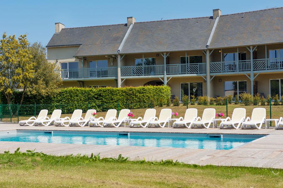Saint-Malo Golf Resort Piscine de l'hôtel : nous vous proposons d'y prendre le café d'accueil ou l' apéritif