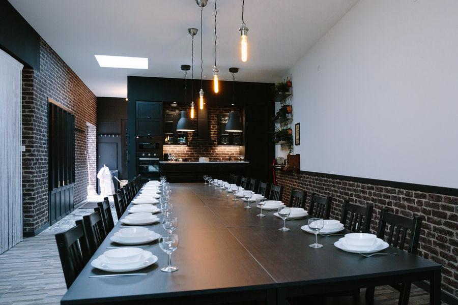 La Maison Devant La Prairie  LE LOFT La table pour 30 peronnes