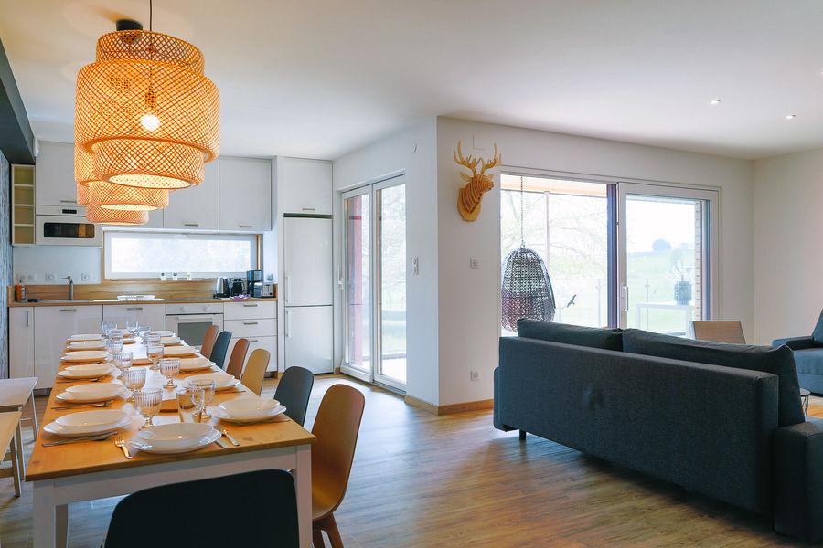 La Maison Devant La Prairie  LA TERRASSE ou LE DECK Sa cuisine équipée et table à manger pour 14 personnes