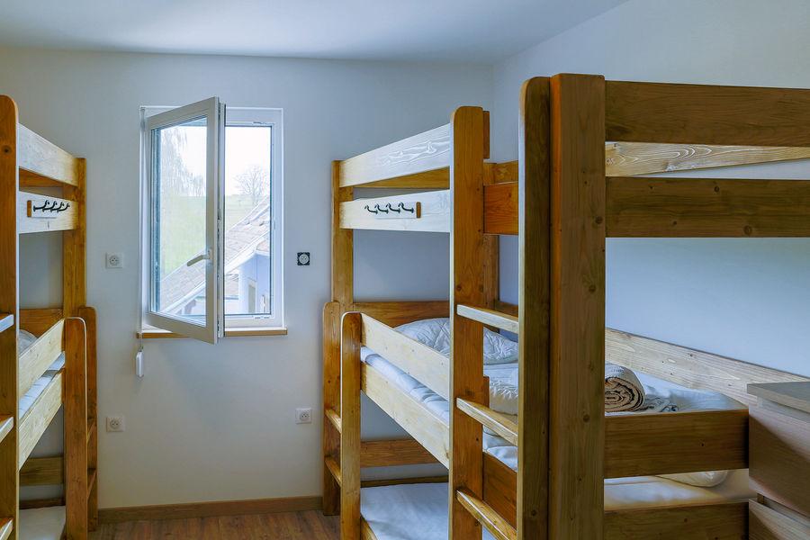 La Maison Devant La Prairie  Chambre dortoir enfants avec lits individuels superposés