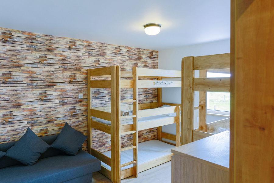 La Maison Devant La Prairie  Dortoir avec lits individuels superposés