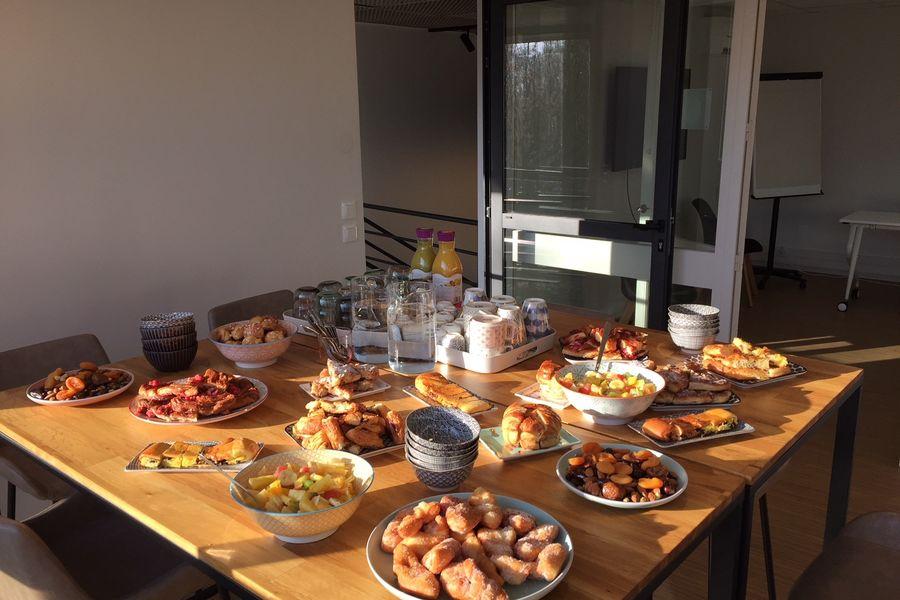 Oobee coworking & comeeting Petit déjeuner des viennoiseries, des fruis frais et secs