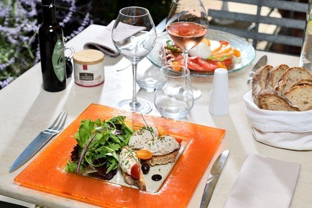 Mas De L'Oulivie **** Repas sur la terrasse
