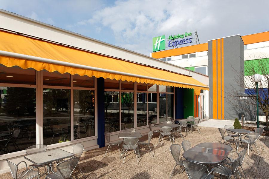 Holiday Inn Express Strasbourg Sud*** Terrasse ouverte sur un parc