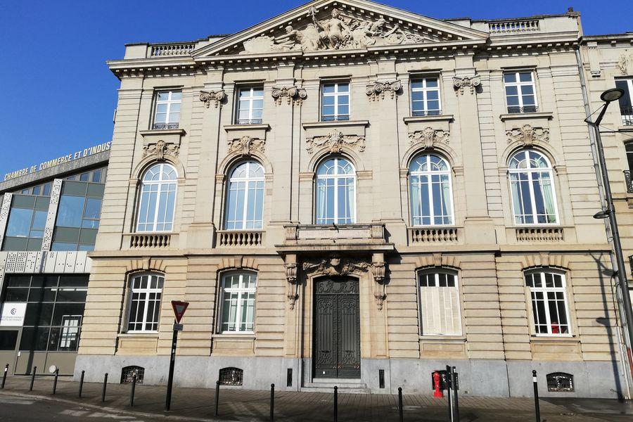 weréso Valenciennes Espace de Coworking mitoyen à la CCI, situé en centre ville à 2 min de la Gare et des lignes de bus et Tramway afin de faciliter les déplacements et l'organisation de l'activité des professionnels.