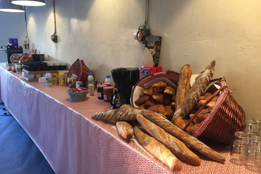 Domaine du Gîte Les Racines Buffet petit déjeuner