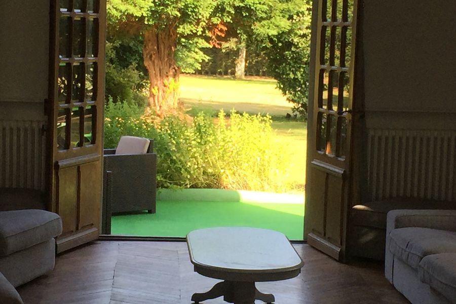 Domaine du Gîte Les Racines salon/jardin