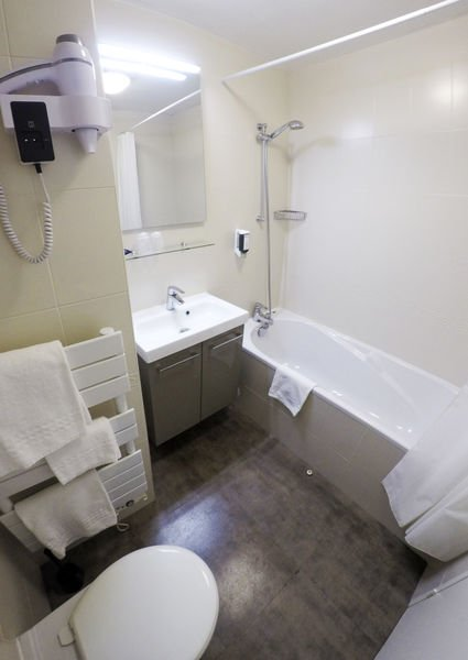 Brit Hotel Le Kerodet Salle de bain Chambre CONFORT