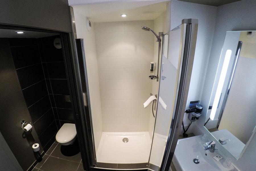 Brit Hotel Le Kerodet Salle de bain chambre GRAND CONFORT