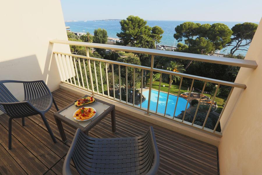 Holiday Inn Cannes **** Vue sur la mer, la piscine et le jardin depuis la chambre