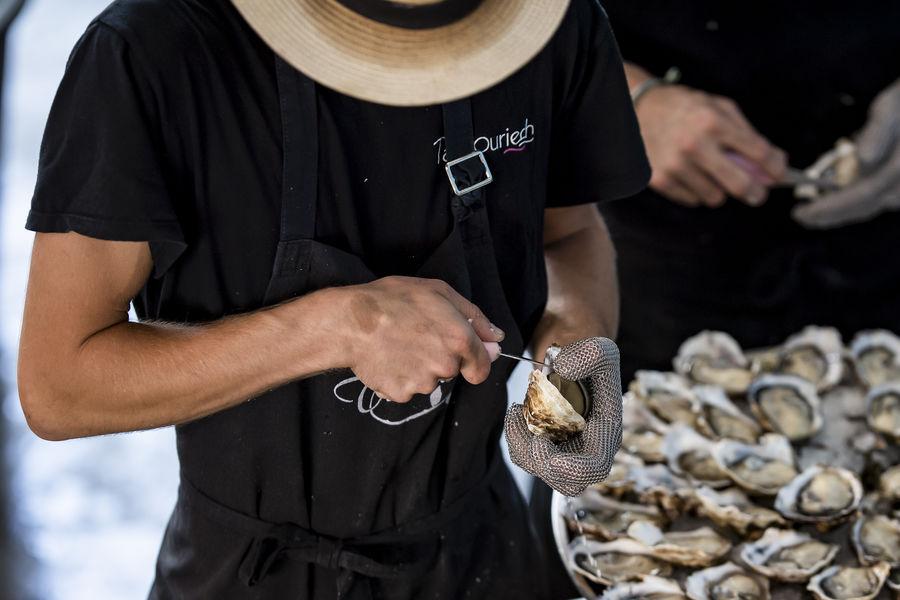 Comptoir de dégustation le St Barth' au bord de la lagune  Ostréalogie - animation écaillage
