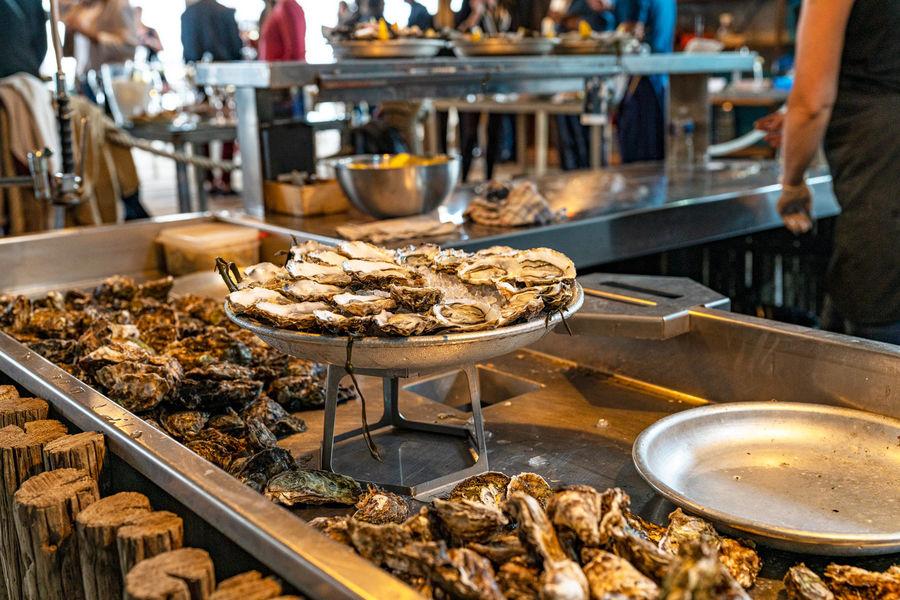 Comptoir de dégustation le St Barth' au bord de la lagune  Plateaux d'huîtres
