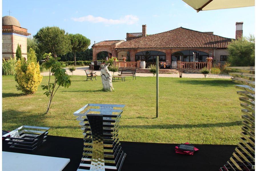 ChâteauSaintLouis Extérieurs devant la salle de réception