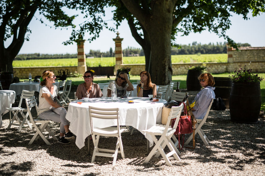 Château la Beaumetane Détente après le repas sous les platanes