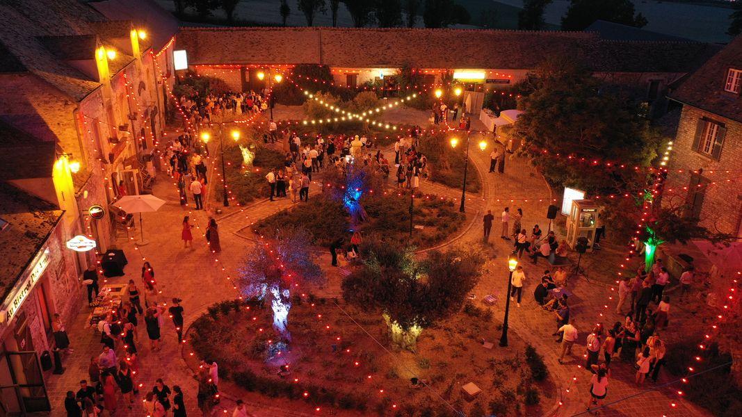 Le Village de Sully La place du Village de nuit