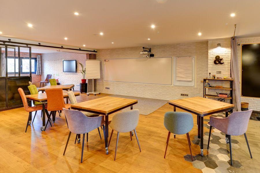 La Filature, l'ancien atelier de tricot S'installer et travailler en plénière, puis déplacer les tables en binôme.