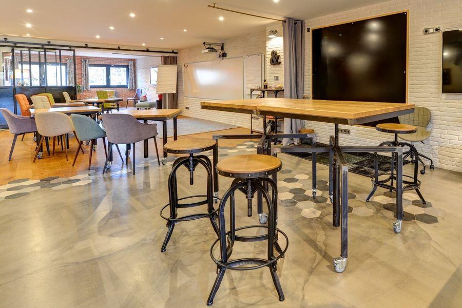 La Filature, l'ancien atelier de tricot Décider d'être plus confortable debout et s'installer autour des tables hautes.