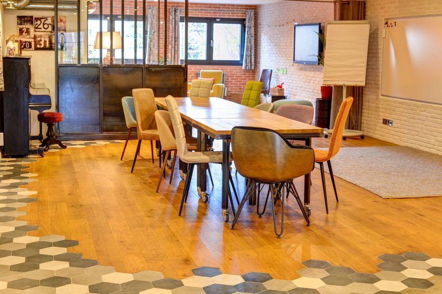 La Filature, l'ancien atelier de tricot La traditionnelle réunion autour d'une seule table.