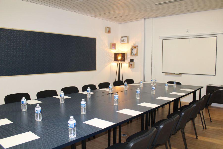 La 13ème Porte Salle de Réunion grande table