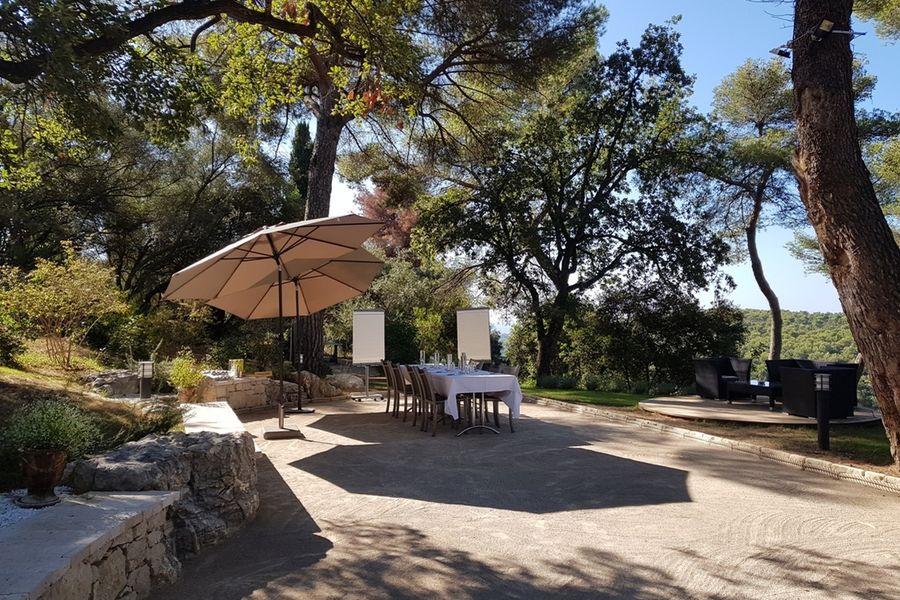 Hotel Spa & Restaurant Cantemerle **** La Place des Pins : Réunion en plein air