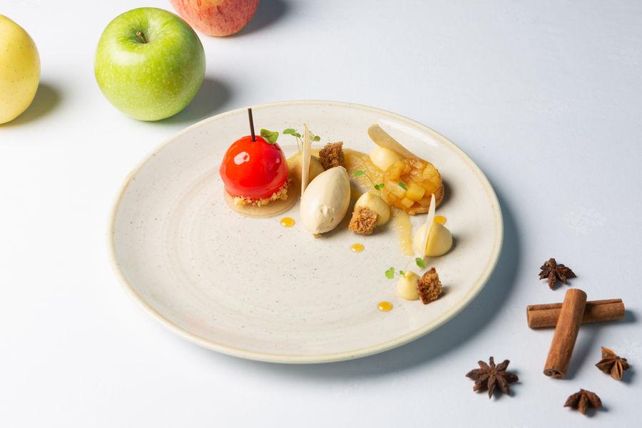 Mercure Chantilly Resort & Conventions  La pomme-caramel, compote et chips de pommes, chantilly caramel, gel de cidre