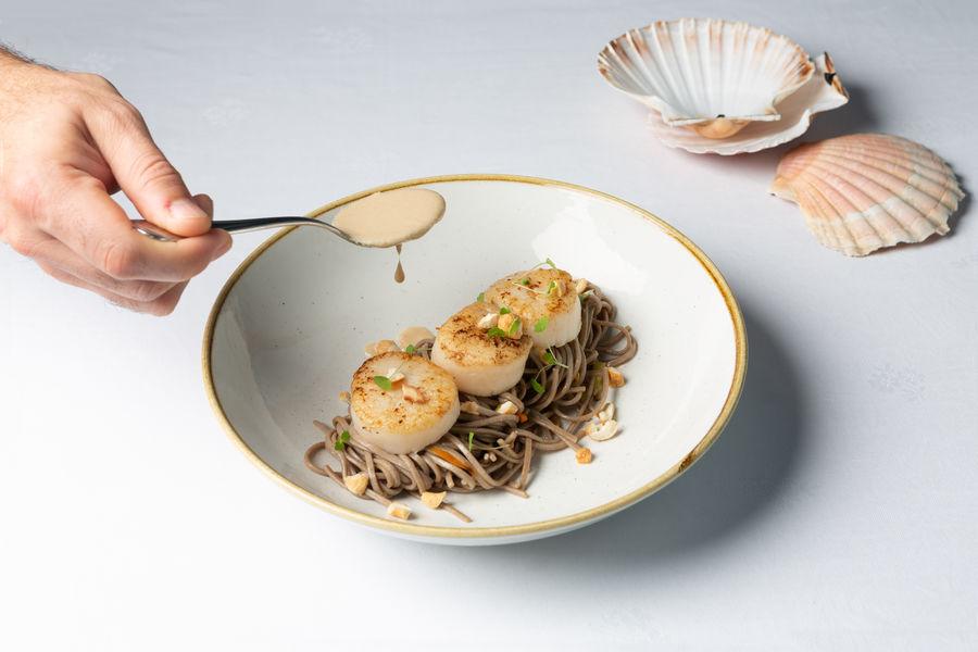 Mercure Chantilly Resort & Conventions  Noix de Saint Jacques, nouille soba, sauce cacahuètes