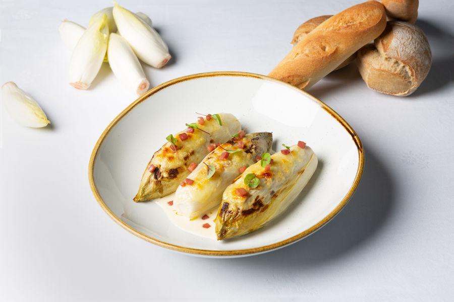 Mercure Chantilly Resort & Conventions  Chicon de notre région et jambon cebo, sauce blanche au bacon