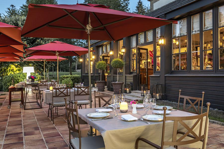 Relais Chateaux La Chapelle Saint Martin **** Terrasse restaurant côté parc