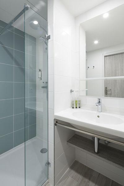Opéralia Les Pins Salle de bain avec douche à l'italienne