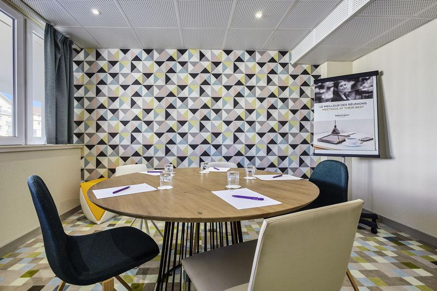 Hotel Mercure Marne la vallée Bussy St Georges Salon Backgammon - table ronde pour 6 personnes maximum
