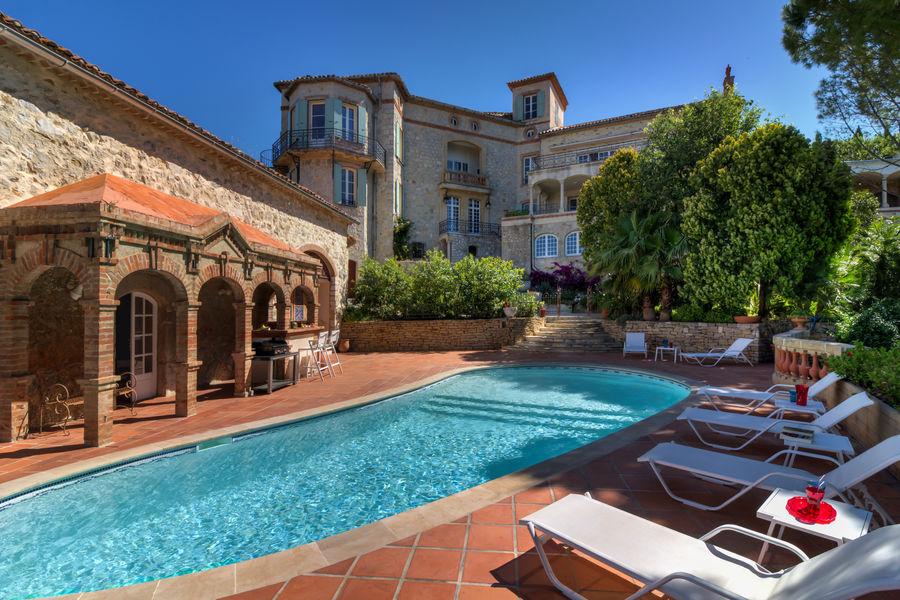 Château des Costes  La piscine et sa terrasse