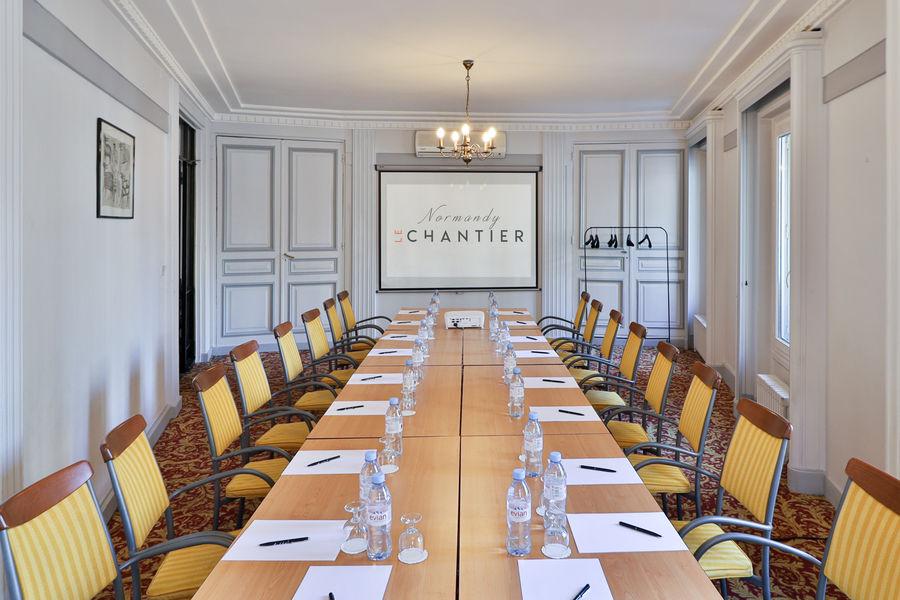 Normandy Le Chantier Salon Argenteuil en boardroom (30m², lumière du jour)