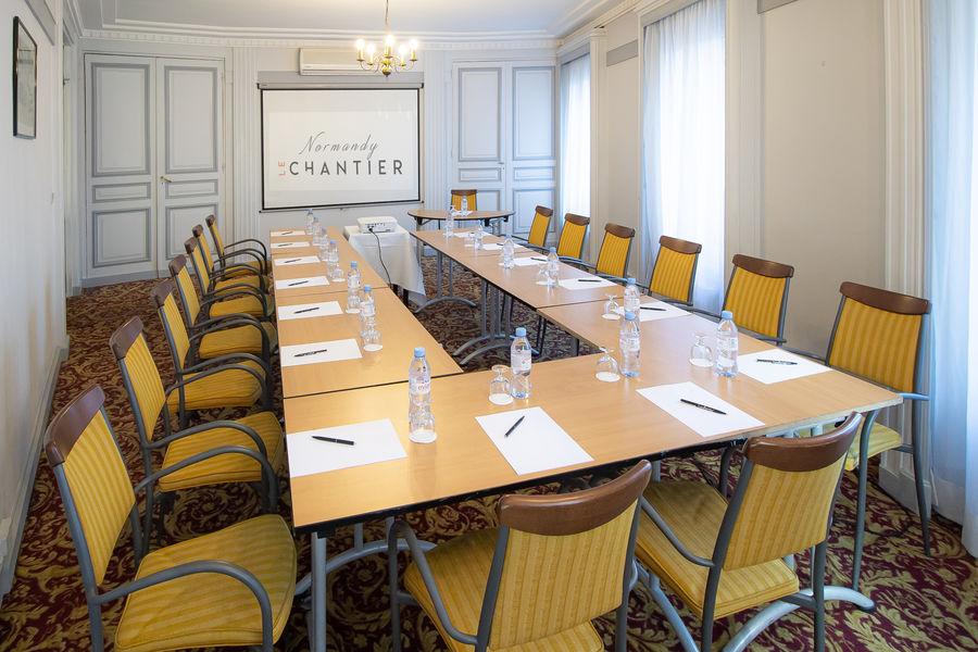 Normandy Le Chantier Salon Argenteuil en U (30m², lumière du jour)