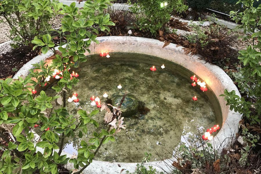 Chalet du Lac de Saint-Mande Fontaine et bougies flotantes, décoration