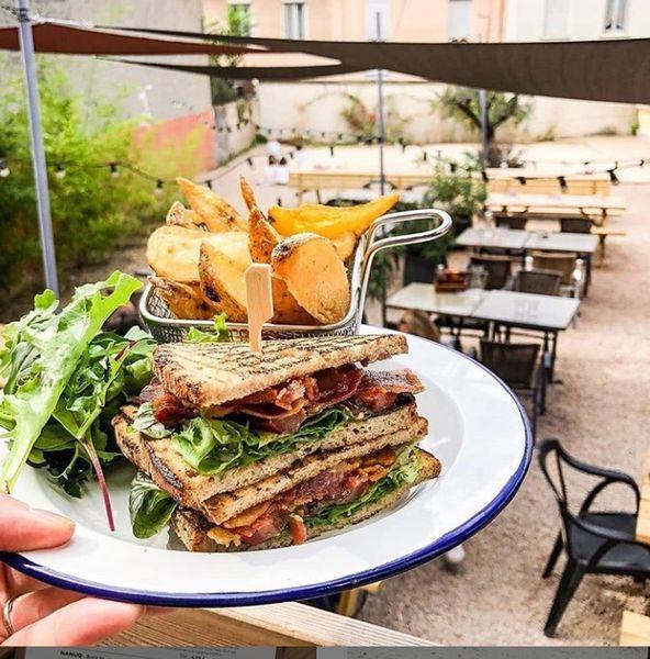 FAV  Sandwich club et frites maison