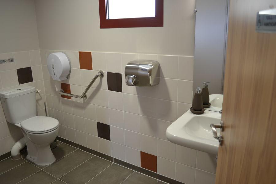 La Croisée des Possibles Toilette handicap testé et approuvé par des visiteurs en fauteuil électrique