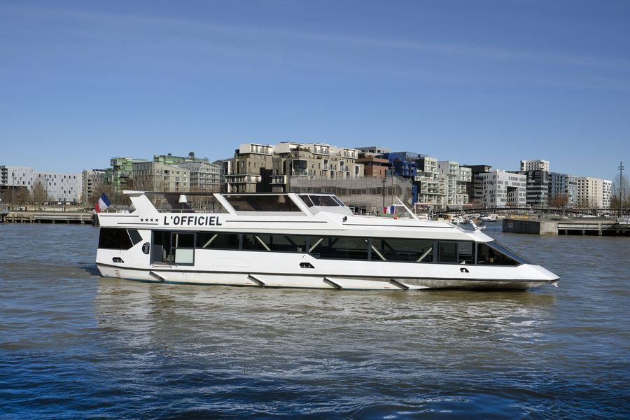 Les Yachts de Lyon BATEAU L'OFFICIEL