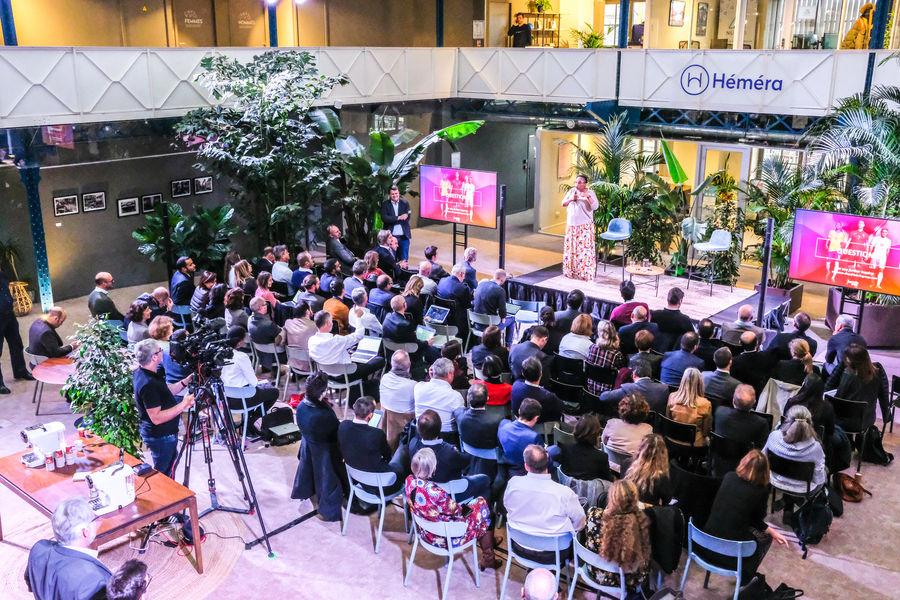 Halle Héméra L'Atrium configuré pour un séminaire avec mise en valeur des grandes plantes naturelles