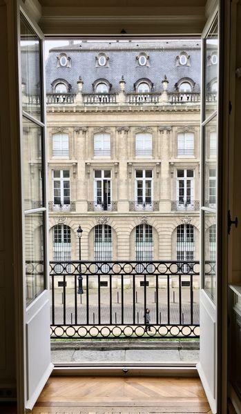 Hôtel Fenwick De grandes fenêtres qui donnent sur le cours Xavier Arnozan