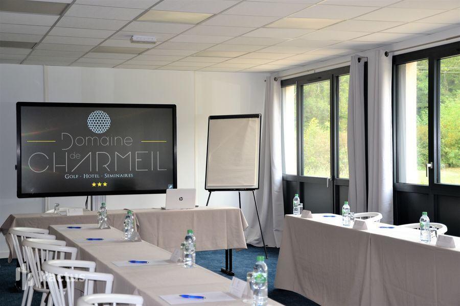 Golf Hôtel Charmeil *** écran digital salle Chartreuse