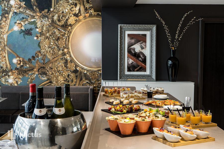 """Hôtel Indigo Paris - Opéra, IHG Pièces cocktail au restaurant """"la Table du 7"""""""