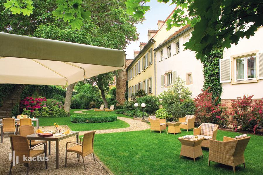 Hôtel À La Cour d'Alsace **** Jardin adossé au mur des remparts de la ville