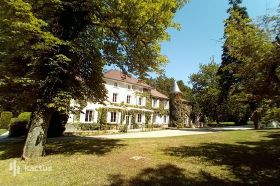 Façade du château des Ayes