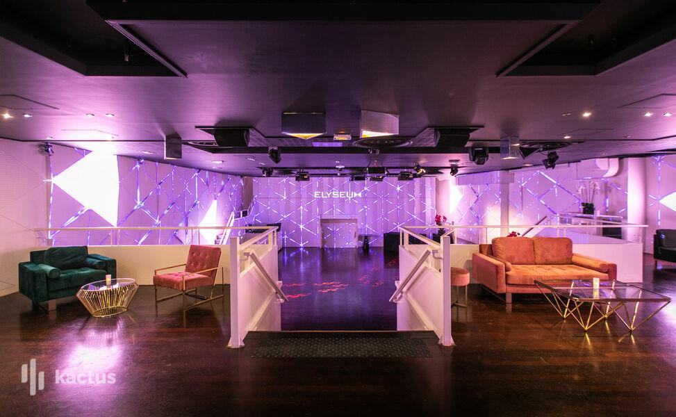 Elyseum Patio - Assises lounges et escaliers accès espace principal